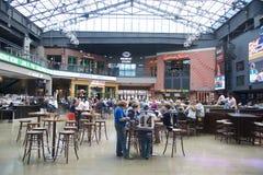 Folket äter middag inom basebollarenabyn, i stadens centrum St Louis Royaltyfria Bilder