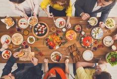 Folket äter sunda mål på det tjänade som tabellmatställepartiet arkivbilder
