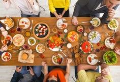 Folket äter sunda mål på det tjänade som tabellmatställepartiet royaltyfri bild