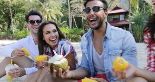 Folket äter tropiska frukter och drinkkokosnötcoctailar som talar Sit Over Palm Trees, lyckliga män och att smaka för kvinnaturis arkivfilmer