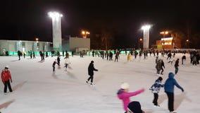 Folket åker skridskor på den åka skridskor isbanan i parkera Sokolniki stock video