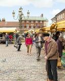 Folket åldras allra shopping på marknaden för öppen luft för purjolöken Arkivfoto