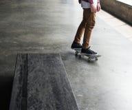 Folket öva skateboarden inomhus Arkivbild