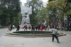Folket öva tai-chi i en offentlig trädgård i Hanoi (Vietnam) Royaltyfria Bilder