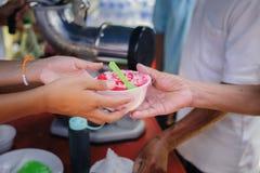 Folket överstiger för att donera mat från volontärer: Matbegrepp av hopp: Fri mat för fattigt och hemlöst folk donerar mat till arkivfoto