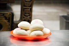 Folket anv?nder kinesiska ?ngade br?dbullar, eller Mantou ber offer- erbjudande mat f?r guden och minnesm?rken till f?rfadern i d arkivbilder