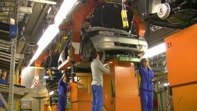Folket arbetar på enheten av bilar Lada Kalina (motorbeslag) på transportör av fabriken AutoVAZ, på September 30 stock video