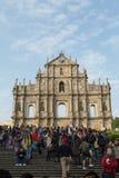 Folket av berömt fördärvar framme av kyrka för St Paul ` s Arkivfoto