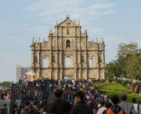 Folket av berömt fördärvar framme av kyrka för St Paul ` s Royaltyfria Foton