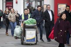 Folket av olika nationaliteter går på trottoaren En brokig folkmassa gör London det unika stället Arkivfoton