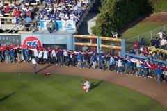 Folket bär den jätte- amerikanska flaggan Royaltyfria Bilder