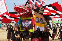 Folket bär den stora draken Royaltyfri Fotografi