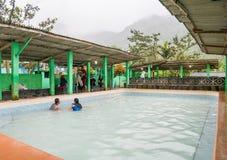 Folket badar i pöl för varm vår i Berastagi, Indonesien royaltyfri foto