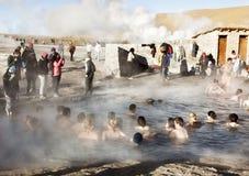 Folket badar i termiskt vatten för geyseren, Chile Arkivfoton
