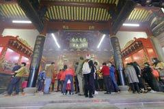 Folket ber i den amoy Tzu Chi templet Royaltyfria Bilder