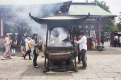 Folket ber på den Senso-ji relikskrin Royaltyfria Foton