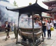 Folket ber på den Senso-ji relikskrin Royaltyfri Foto