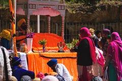 Folket ber på en hinduisk tempel i Rome, Italien Arkivfoton
