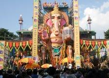 Folket ber till 58 fot den höga Lord Ganesh förebilden, på Khairatabad, HHyderabad, Indien Arkivbilder