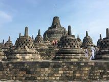 Folket besöker den Borobudur templet, Indonesien Arkivfoto