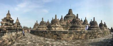 Folket besöker den Borobudur templet, Indonesien Arkivbilder
