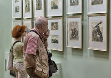 Folket besöker den Eugene Kibrik konstmusemet i Voznesensk, Ukraina Royaltyfri Bild