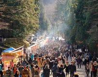Folket besöker den Futarasan relikskrinrelikskrin i Nikko, Japan Royaltyfria Bilder