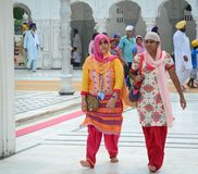 Folket besöker den guld- templet i Amritsar, Indien Royaltyfri Bild