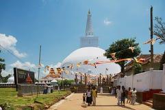 Folket besöker den Ruwanwelisaya stupaen i Anuradhapura, Sri Lanka Fotografering för Bildbyråer