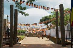 Folket besöker den Ruwanwelisaya stupaen i Anuradhapura, Sri Lanka Royaltyfri Fotografi