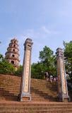 Folket besöker den Thien Mu pagoden i ton, Vietnam Fotografering för Bildbyråer