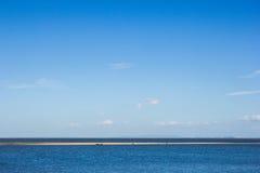 Folket besöker det härliga strand- och blåtthavet Arkivbilder