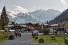 Folket besöker löst, och affärsföretaget parkerar Ferleiten i österrikiska fjällängar Fotografering för Bildbyråer
