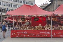Folket besöker marknaden för den Buongiorno Italia matgatan i Pisa Royaltyfria Bilder