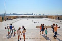 Folket besöker mausoleet av Mustafa Kemal Ataturk Royaltyfria Foton
