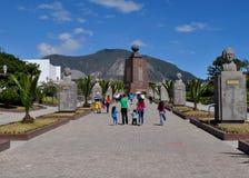 Folket besöker mitt av världsmonumentet i Quito, Ecuador Arkivfoton