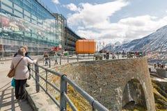 Folket besöker observationsplattformen av den Grossglockner Pasterze glaciären i Österrike Royaltyfria Bilder
