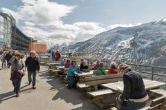 Folket besöker observationsplattformen av den Grossglockner Pasterze glaciären i Österrike Fotografering för Bildbyråer