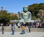 Folket besöker stor Buddha i Kamakura, Japan Arkivfoton