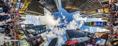 Folket besöker Times Square som presenteras med Broadway teatrar och H arkivfoto