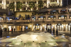 Folket besöker Tsim Sha Tsui, ett arv 1881, hotell och shopping Royaltyfri Fotografi