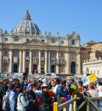 Folket bes?ker St Peter Square Vatican arkivbild