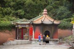 Folket bränner josspapper och brände som offer- erbjuda för ber till guden och minnesmärken till förfadern i den Tiantan templet  arkivbilder