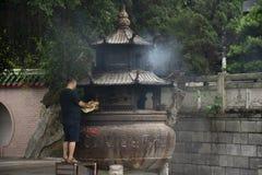 Folket br?nner josspapper och br?nde som offer- erbjuda f?r ber till guden och minnesm?rken till f?rfadern i den Tiantan templet  fotografering för bildbyråer