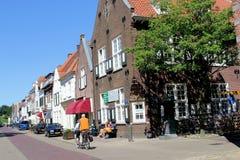 Folket cyklar i Naarden som Vesting, Nederländerna Arkivbild