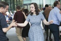 Folket dansar lindy flygtur runt om den Spitalfelds marknaden royaltyfri foto