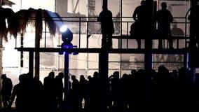 Folket dansar på balkongen ovanför folkmassan arkivfilmer