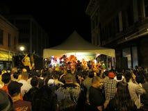 Folket dansar på etappen under feta tisdag, Mardi Gras Carnival Arkivbild