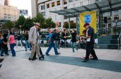 Folket dansar på Union Square Arkivfoto
