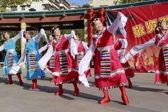 Folket dansar tibetan dans Fotografering för Bildbyråer
